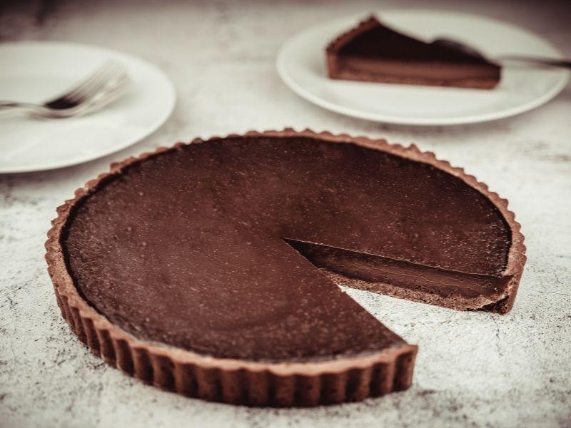 Εύκολη τάρτα σοκολάτας χωρίς ψήσιμο με μόνο 4 υλικά. Πεντανόστιμη, πραγματικά πανεύκολη που θα εντυπωσιάσει ακόμη και τους πιο δύσκολους!