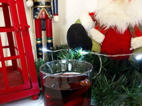 Αυτό το Glühwein, Mulled wine ή ζεστό γλυκό κρασί με μπαχαρικά είναι γεμάτο αρώματα και υπόσχεται να φέρει τα Χριστούγεννα στο ποτήρι σας.