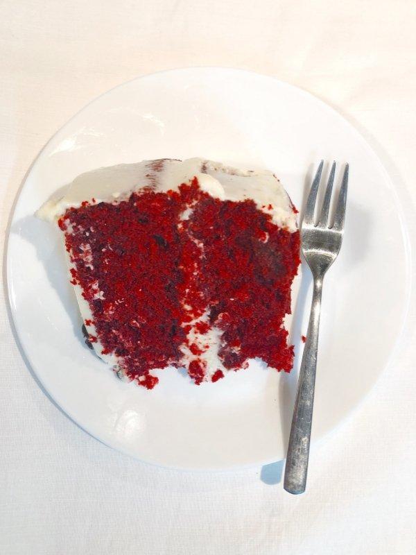 Αυτή η συνταγή για Red Velvet Cake με Cream Cheese Frosting θα σας συγκλονίσει με την ευκολία και τη γεύση της!