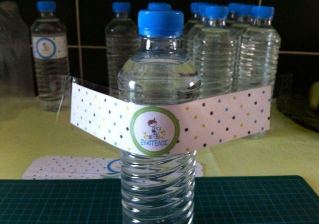 Οδηγίες για να φτιάξετε τα δικά σας DIY Personalized μπουκαλάκια νερού που ταιριάζουν αρμονικά με το θέμα κάθε πάρτυ σας.