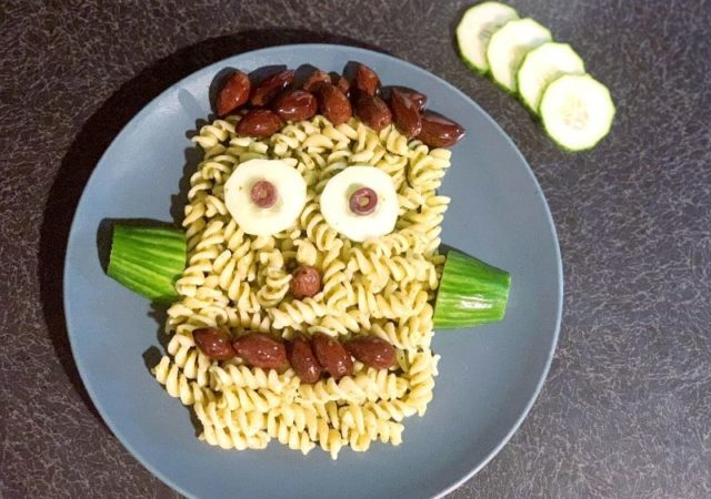 Halloween dinner is served! Αυτή η συνταγή για Halloween Frankenstein Pasta είναι τόσο απίθανη, εύκολη και υγιεινή που σίγουρα θα κλέψει την παράσταση!
