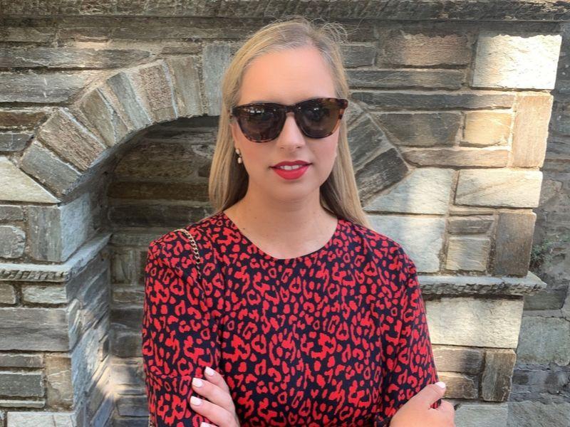 Αυτό το κόκκινο λεοπάρ φόρεμα όχι μόνο έχει μια εξαιρετική σχέση ποιότητας-τιμής (39,95€!) αλλά είναι μοναδικά κομψό. Ελαφρύ, δεν τσαλακώνει, με κόψιμο που κρύβει πολλά και κολακεύει κάθε σωματότυπο.