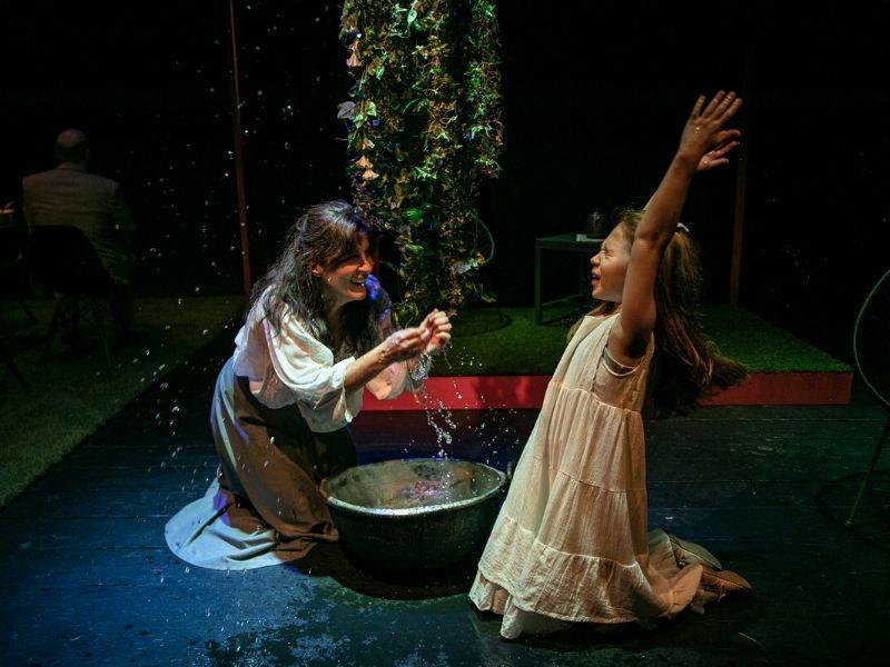 «Το θαύμα της Άννυ Σάλιβαν» του Γουίλιαμ Γκίμπσον στο Θέατρο «Μεταξουργείο», με την Γιασεμί Κηλαηδόνη στον ρόλο της Άννυ Σάλιβαν να δίνει ένα μάθημα ψυχής για την επίτευξη ενός στόχου.