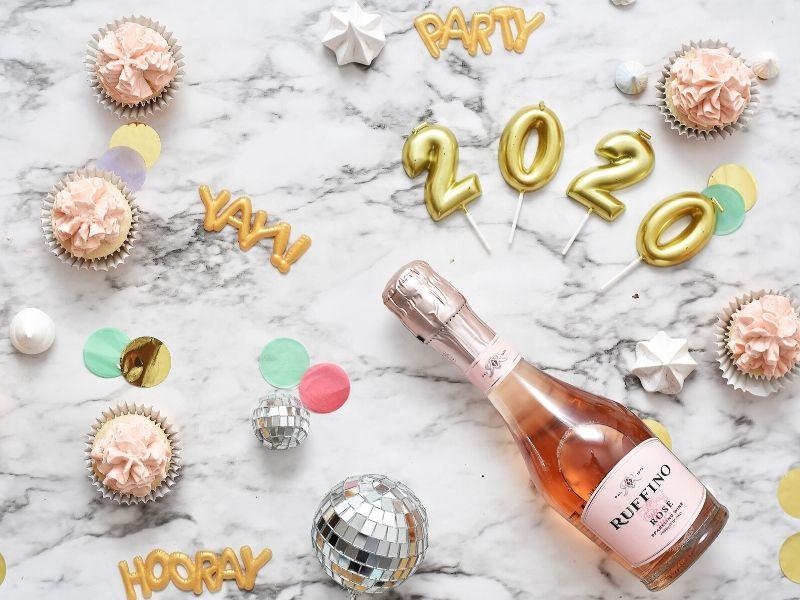 Εύχομαι αυτή η νέα χρονιά, το 2020, αυτή η νέα δεκαετία να φέρει σε εσάς και τις οικογένειές σας Υγεία, Τύχη, Αγάπη, Ευτυχία, Επιτυχίες, Χαμόγελα σε αφθονία. Εύχομαι η ζωή σας να είναι γεμάτη από χαρούμενες αναμνήσεις και ζεστές αγκαλιές.
