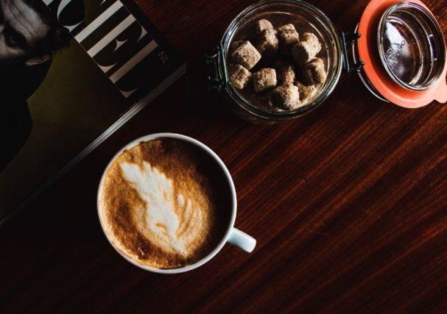 Πως φτιάχνουμε αφρόγαλα στον φούρνο μικροκυμάτων - Φτιάξτε αφρόγαλα για το καφέ σας εύκολα και γρήγορα χωρίς το ειδικό μηχάνημα.
