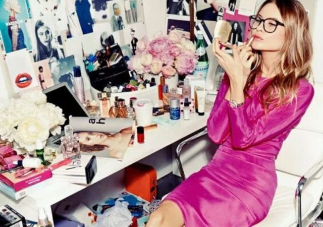 Τα μυστικά της εργαζόμενης γυναίκας - Πως να κάνετε το μακιγιάζ σας να κρατά περισσότερο ανεξάρτητα του πόσο απαιτητική είναι η ημέρα σας.