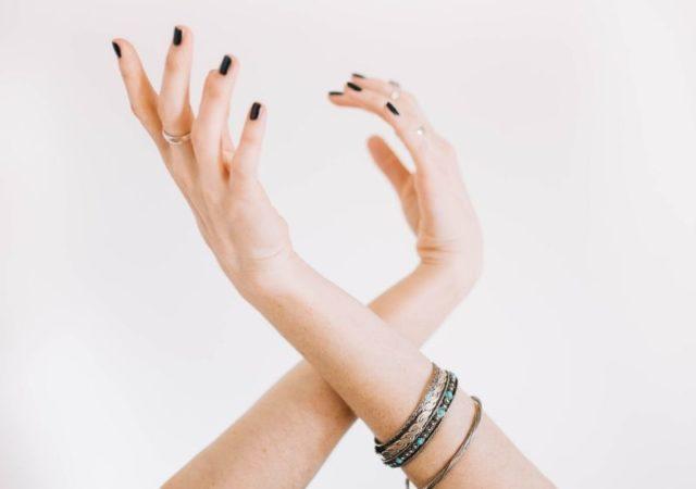 Πρακτικές συμβουλές και έξυπνα tips για να κάνετε αφαίρεση ημιμόνιμου βερνικιού στο σπίτι χωρίς να καταστρέψετε τα νύχια σας.