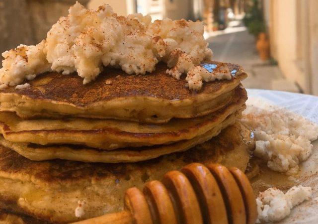 Τηγανήτες με φρέσκια μυζήθρα μέλι και ρακή, ένα πειραγμένο κρητικό πρωινό που σίγουρα θα σας ξετρελάνει και θα το φτιάχνετε ξανά και ξανά!