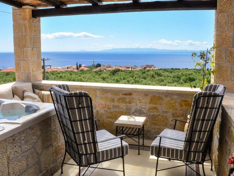 Polismata Private Residences: Ένα φιλόξενο «βασίλειο» στη μεσσηνιακή Μάνη, από τα Aria Hotels. Ένα συγκρότημα αυτόνομων κατοικιών στην περιοχή «Πολίσματα» με υπέροχη θέα στο μεσσηνιακό κόλπο.