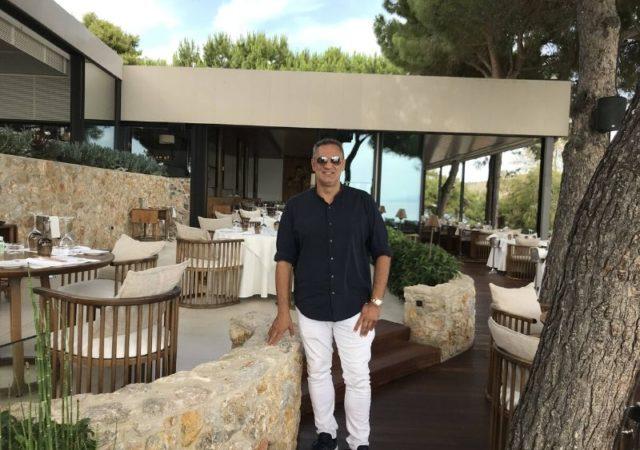 O Γιώργος Ντάβλας στο καλύτερο σημείο της Αθηναϊκής Ριβιέρας. Το εστιατόριο Ιθάκη είναι ο απόλυτος γαστρονομικός προορισμός υψηλής αισθητικής με την ωραιότερη θέα της Μεσογείου.