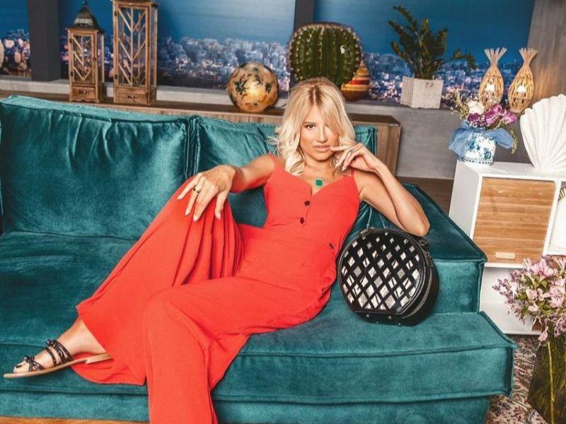 Το ρούχο μπαλαντέρ της Φαίης Σκορδά - Η Φαίη Σκορδά με total look DOCA, κόκκινη ολόσωμη φόρμα, casual καλοκαιρινά φλατ και τσάντα DOCA