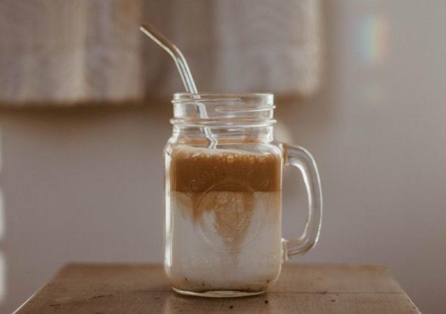 Healthy Dalgona Coffee - Η υγιεινή εκδοχή του δημοφιλούς καφέ που έγινε viral στο TikTok και θυμίζει κατά πολύ τον δικό μας αγαπημένο, αξεπέραστο φραπέ.
