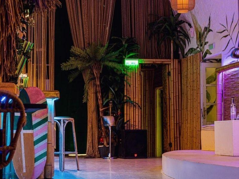 Για τρίτη συνεχόμενη χρονιά το Παλιό Λιμάνι στις Σπέτσες φιλοξενεί την Hono&Lulu. Tο εξωτικό σκηνικό του εστιατορίου επιστρέφει για να χαρίσει τις ομορφότερες καλοκαιρινές εμπειρίες.