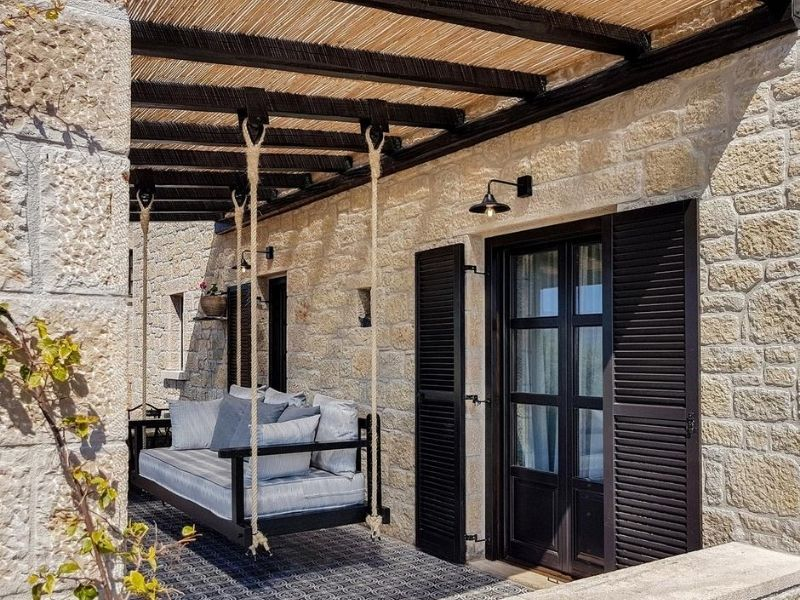 Το γραφείο Sissy Feida Interiors επιμελήθηκε έως και την τελευταία λεπτομέρεια, δυο πανέμορφους παραδοσιακούς ξενώνες-βίλες στην πανέμορφη Μάνη.
