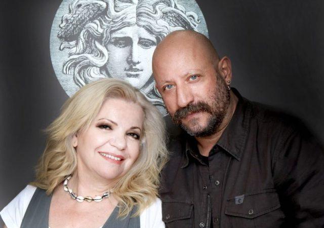 Συνεργασία στο χώρο της ομορφιάς και των media για την Καίτη Τομαζίνου και τον διάσημο make up artist Γιάννη Μαρκετάκη. Η Καίτη Τομαζίνου με σπουδές στον κλάδο της Αισθητικής και του Επαγγελματικού Μακιγιάζ, με εξειδίκευση στα Special Effects, έχει κερδίσει μια θέση ανάμεσα στους κορυφαίους make up artists της Ελλάδας.