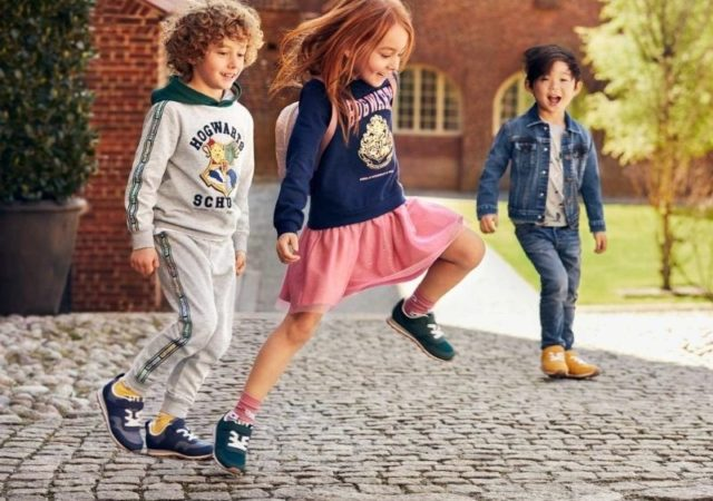 Tο παιδικό τμήμα της H&M λανσάρει την συλλογή Harry Potter x H&M, εμπνευσμένη από την ιδιαίτερα δημοφιλή και αναγνωρισμένη σειρά ταινιών Harry Potter.