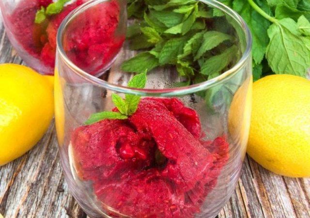 Raspberry Sorbet - Τι καλύτερο από ένα (ή δύο) φρουτένια, δροσερά σορμπέ φρούτων για να απολαύσετε στο μπαλκόνι ή στον κήπο μετά από ένα μεσημεριανό γεύμα.