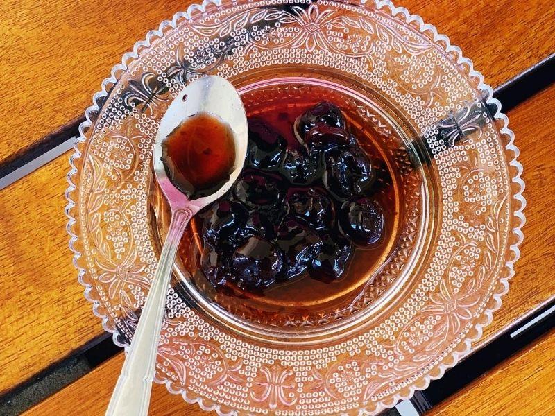 Λαχταριστή συνταγή για σπιτικό γλυκό κουταλιού βύσσινο που ταιριάζει με οτιδήποτε προστάζει η όρεξη και η φαντασία σας. Δοκιμάστε τη!
