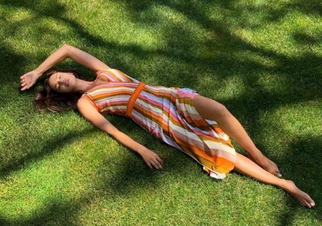Η καλίγραμμη μούσα του brand, Irina Shayk φοράει το αγαπημένο της multicolor, ριγέ φόρεμα σε πορτοκαλί απόχρωση από την SS20 Collection της Falconeri!