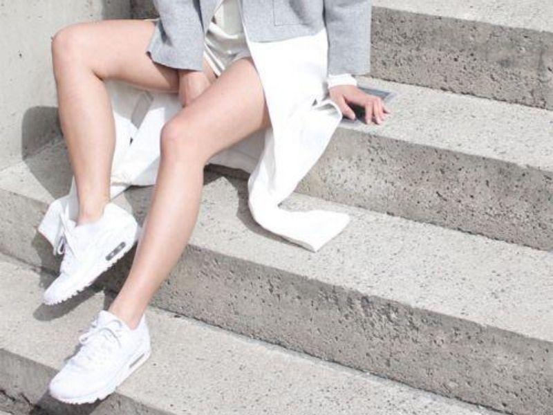 Sneakers Outfits που αποδεικνύουν ότι τα sneakers σου πάνε με όλα! Συνδυάστε τα αθλητικά σας και δημιουργήστε sneakers outfits που θα κλέψουν την παράσταση.