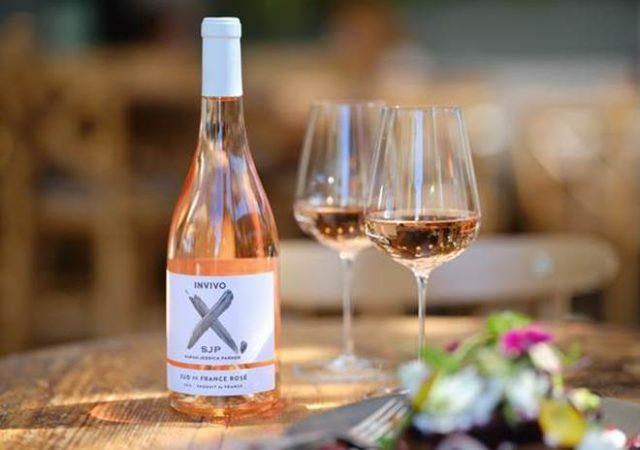 Το νέο κρασί Invivo X SJP Rosé με την υπογραφή της Sarah Jessica Parker έφτασε στην Ελλάδα και στα καταστήματα Cellier.