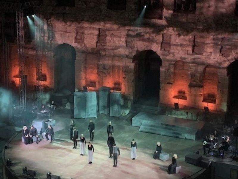 «Όμορφη πόλη» του Μίκη Θεοδωράκη, σε νέα σύνθεση-σκηνοθεσία Γιώργου Βάλαρη, μια καθηλωτική παράσταση με ταλαντούχους συντελεστές που πραγματικά μαγεύει τον θεατή.