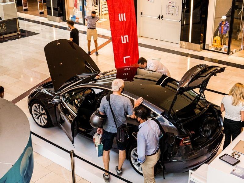 Το Golden Hall υποδέχτηκε το πρώτο Tesla pop-up stand στην Ελλάδα, δίνοντας την ευκαιρία στους επισκέπτες να γνωρίσουν τη φιλοσοφία της Tesla.