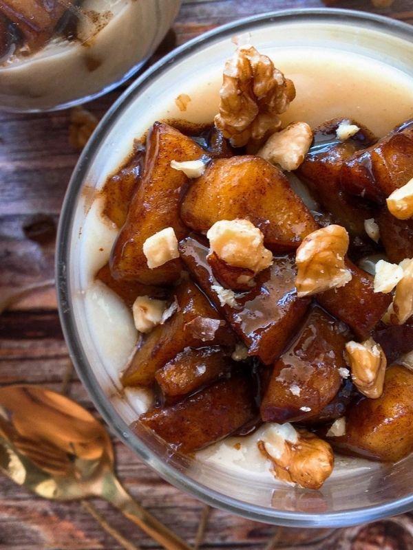 Ζεστή κρέμα βρώμης με καραμελωμένο μήλο, μια αρωματική κρέμα με σπιτικό γάλα βρώμης που μυρίζει φθινόπωρο.