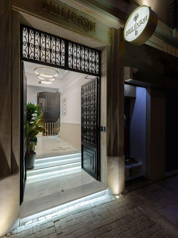 Η διαμονή σας στο ιστορικό κτίριο που στεγάζει το Belle Epoque 20th Century Suites θα σας μεταφέρει στην ατμόσφαιρα των 1920's.