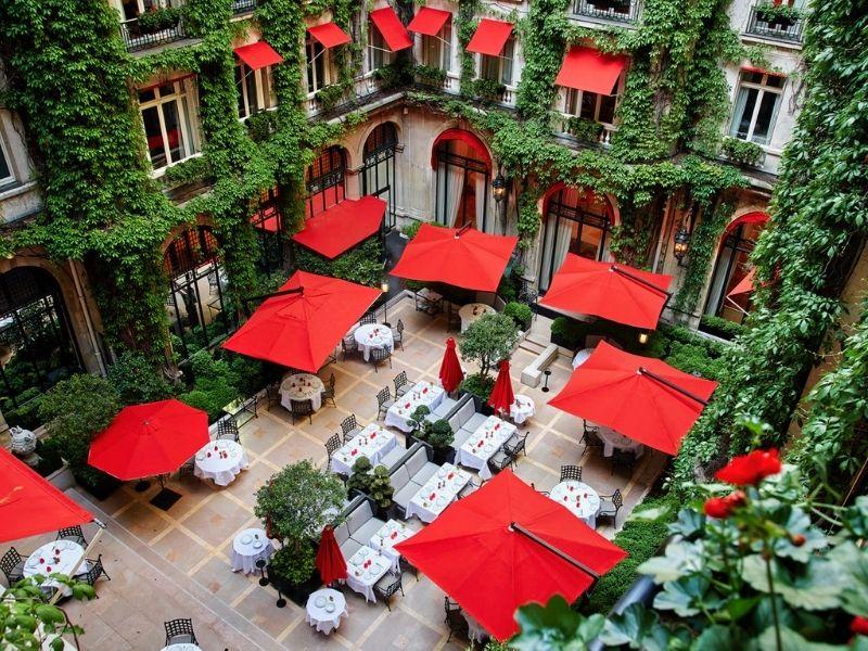Τo ιστορικό Hotel Plaza Athénée στο Παρίσι, παραμένει από το 1913 έως σήμερα, μοναδικό στολίδι, status symbol και must see για κάθε τουρίστα.