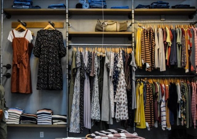 Πρακτικές συμβουλές για να κάνετε αλλαγή σεζόν στα ρούχα και την ντουλάπα σας χωρίς να τρελαθείτε!