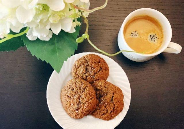Σοκολατένια Μπισκότα Βρώμης, τραγανά αλλά ταυτόχρονα μαλακά στο κέντρο τους, είναι πραγματική απόλαυση. Θα γίνουν η αγαπημένη σας συνήθεια.