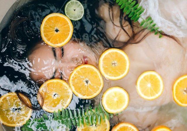 DIY Αναζωογονητικό mist προσώπου με πορτοκάλι - Η βιταμίνη C που περιέχει αναζωογονεί το δέρμα και βοηθά στην εξάλειψη των δυσχρωμιών.