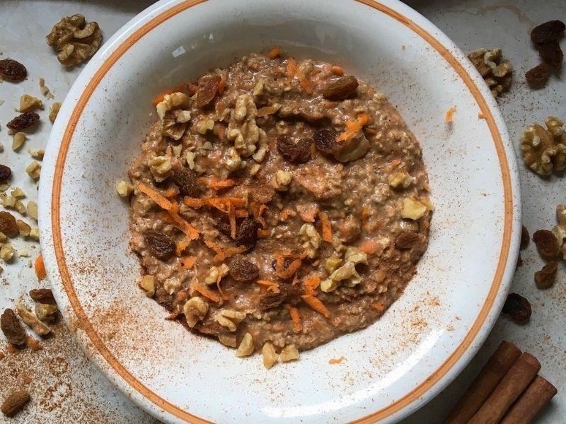 Carrot Cake Porridge, μια ζεστή, αρωματική κρέμα με νιφάδες βρώμης και καρότο για τα υπέροχα πρωινά του Χειμώνα.