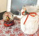 DIY Χιονισμένες γυάλες - Ανακυκλώστε δημιουργικά τα γυάλινα βαζάκια και μετατρέψτε τα σε χιονισμένα κυροπήγια για γιορτινή διακόσμηση.