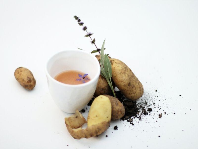 DIY Κομπρέσες για μαύρους κύκλους με πατάτα! Το άμυλο και το ένζυμο catecholase της πατάτας αποσυμφορίζουν και φωτίζουν την περιοχή.