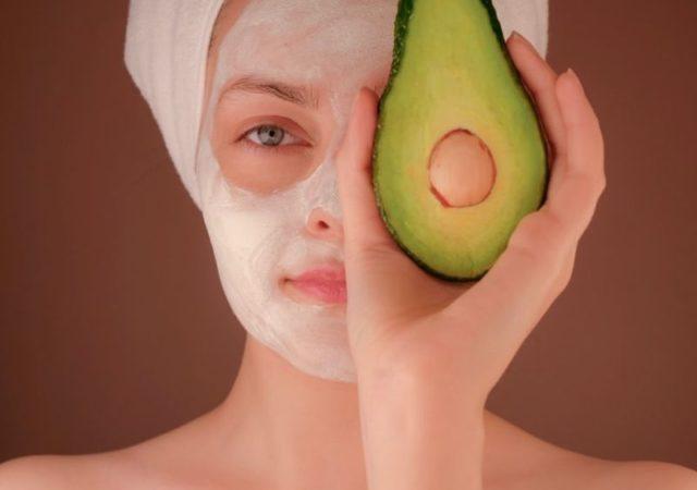 Φτιάχνουμε σπιτικά καλλυντικά και μάσκες προσώπου με υλικά που υπάρχουν στην κουζίνα και τα ντουλάπια μας.