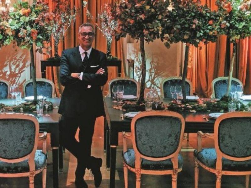 """Ο επιτυχημένος επαγγελματίας στον χώρο των δημοσίων σχέσεων Γιώργος Ντάβλας, δημιούργησε το βιβλίο """"Opera Tables"""" στο οποίο συνδυάζει την αγάπη του για την όπερα με την αγάπη του για την διακόσμηση."""