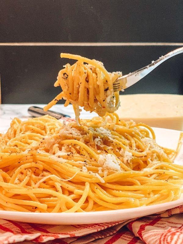 """Σπαγγέτι """"Cacio e Pepe"""" μια πεντανόστιμη και θρεπτική μακαρονάδα. Ένα συγκλονιστικό μέσα από την απλότητά του πιάτο που αξίζει να δοκιμάσετε."""