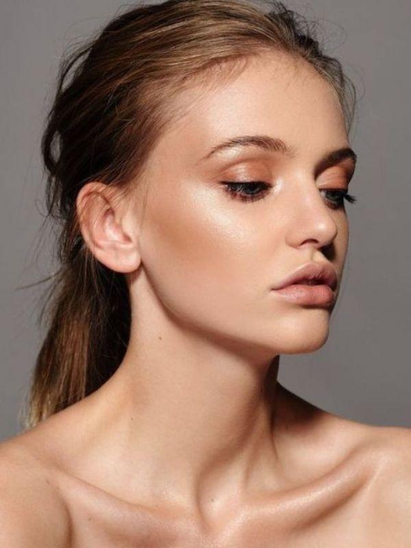 """Λαμπερή με ελάχιστο μακιγιάζ, εύκολα και γρήγορα! Step by Step οδηγίες για αόρατο """"μακιγιάζ"""" που θα αναδείξει την φυσική σας ομορφιά."""