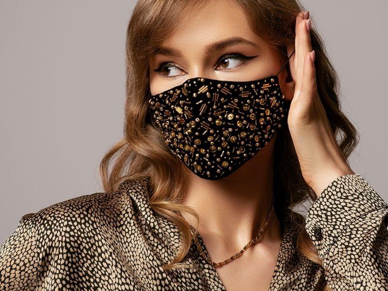 Αντιμετωπίστε αποτελεσματικά τη maskne με επαγγελματική θεραπεία maskne με ένα μόνο ραντεβού στη Tzouma Clinic.