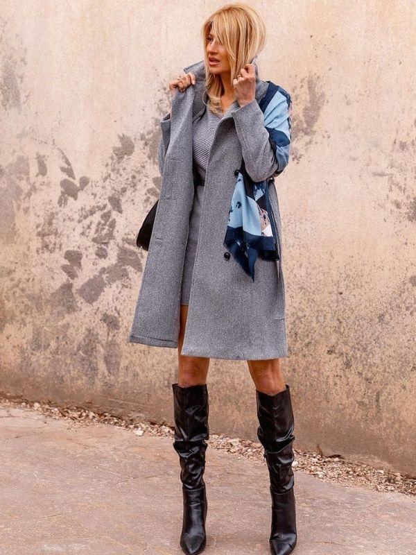 Εντυπωσιάζει η Φαίη Σκορδά με cozy διάθεση και total look DOCA, με ένα σύνολο που αναδεικνύει την μονοχρωμία και την κομψότητα.