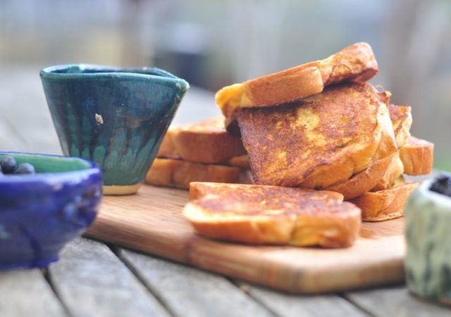 Περιποιηθείτε τους αγαπημένους σας αυτό το Σαββατοκύριακο σερβίροντας λαχταριστά Καραμελωμένα French Toasts!