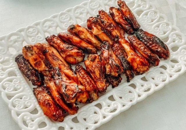 Γιορτάζουμε την Τσικνοπέμπη ετοιμάζοντας εύκολα και γρήγορα Φτερούγιες Κοτόπουλο με σπιτική BBQ Sauce που θα λατρέψετε!