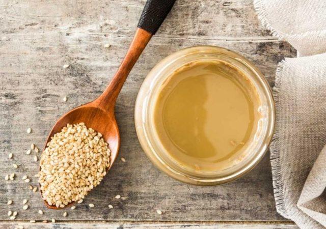 Συνταγή για σουπερ υγιεινό, πανεύκολο και πεντανόστιμο Dressing με Ταχίνι για τις σαλάτες, τα σάντουιτς και ότι άλλο σκεφτείτε.