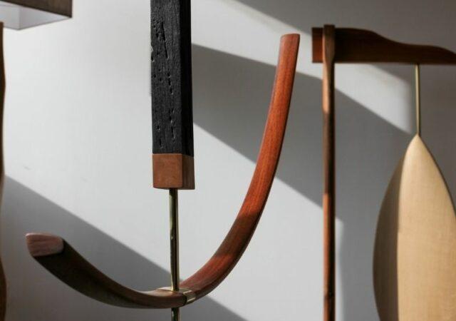 Ο καλλιτέχνης François Papin παρουσιάζει τη συλλογή «Providence» της Virginia Field από ξύλινα γλυπτά και φωτιστικά.