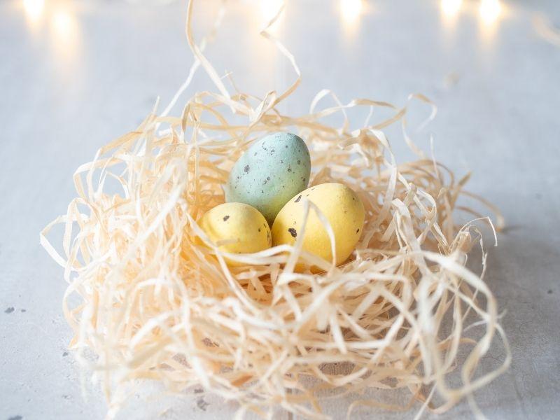 Εύκολες ιδέες για αλλιωτικα Πασχαλινά αυγά που μπορείτε να φτιάξετε παρέα με τα παιδιά, με λίγα υλικά χειροτεχνίας και μπόλικη φαντασία.