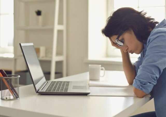 Τηλεργασία και σωστή στάση σώματος - Ο γυναστής Δημήτρης Δήμας μοιράζεται χρήσιμα tips για σωστή στάση σώματος δουλεύοντας από το σπίτι.