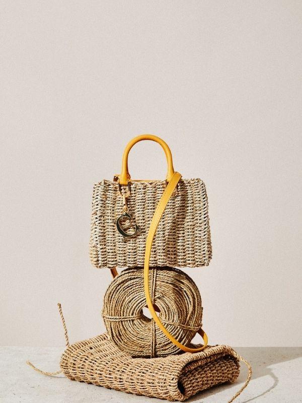 Η νέα CH Carolina Herrera Seagrass Collection είναι χειροποίητη, φτιαγμένη από  πλεκτά φύκια, ένας φόρος τιμής στους ικανούς τεχνίτες της.