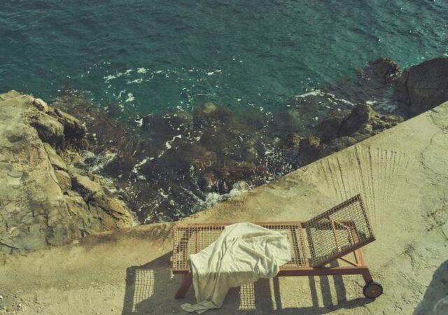 Zara Home: Writing from Hydra, το σπίτι στο απόγειό του, η ομορφιά των αντικειμένων και τα χρώματα γίνονται ένα με το περιβάλλον.
